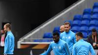 Gelandang Marseill,  Andre-Frank Zambo Anguissa mengontrol bola selama sesi latihan di stadion Parc OL di Decines-Charpieu (15/5). Marseille akan melawan Atletico Madrid pada babak final Liga Europa. (AFP Photo/Philippe Desmazes)