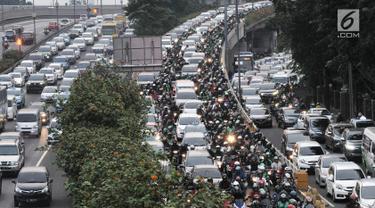 Kendaraan terjebak kemacetan di kawasan Gatot Subroto, Jakarta, Selasa (2/7/2019). Kepala Bappenas Bambang Brodjonegoro menyebut kerugian ekonomi akibat kemacetan Ibu Kota berdasarkan data tahun 2013 sebesar Rp 65 triliun per tahun dan pada 2019 mendekati Rp 100 trilliun. (merdeka.com/Iqbal Nugroho)