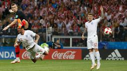 Pemain timnas Kroasia, Ivan Perisic mencetak gol ke gawang Inggris pada babak semifinal Piala Dunia 2018 di Stadion Luzhniki, Rabu (11/7). Kroasia akan menantang Prancis di final Piala Dunia 2018 setelah menang 2-1 atas Inggris. (AP/Alastair Grant)
