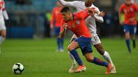 Aksi striker Timnas Chile, Alexis Sanchez, pada laga semifinal Copa America kontra Peru di Gremio Arena, Porto Alegre, Kamis (4/7/2019). (AFP/Carl De Souza)