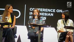 Artis Chelsea Islan (tengah) saat menjadi narasumber dalam Conference on Indonesian Foreign Policy 2017 di Jakarta, Sabtu (21/10). Diskusi ini juga membahas peran perempuan Indonesia dalam memimpin generasi sekarang. (Liputan6.com/Faizal Fanani)