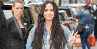 Demi Lovato terlihat untuk pertama kalinya sejak masuk rumah sakit dan melakukan rehabilitas usai overdosis pada Juli lalu. (Marc Piasecki/GC Images/USWeekly)