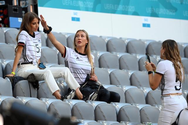 Cathy Fischer (kiri), istri bek Jerman Mats Hummels, berfoto jelang pertandingan Grup F UEFA EURO 2020 antara Prancis dan Jerman di Allianz Arena di Munich pada 15 Juni 2021. (AFP/Pool/Matthias Hangst)