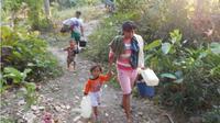 Warga Kelurahan Cicurug berjalan kaki ratusan meter untuk mendapatkan air bersih karena kemarau panjang di Majalengka. (Liputan6.com/Panji Prayitno)
