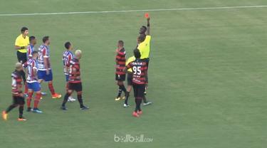Laga Bahia dan Vitoria dalam lanjutan Serie A Brasil sempat tertunda selama 11 menit karena insiden sepuluh kartu merah menyusul keributan pemain di lapangan. Wasit yang memimpin laga, Jailson Macedo de Freitas tampak kerepotan menangani para pemain ...