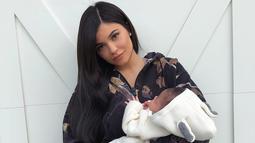 Kylie Jenner seniri mengunggah foto di Instagram Storynya memperlihatkan sebelum dan sesudah dirinya membangunkan Stormi. (instagram/kyliejenner)