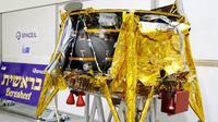 Beresheet, pesawat ruang angkasa milik Israel berbobot 585 kilogrammes (1,290 pounds) dalam presentasi oleh lembaga nirlaba Israel SpaceIL dan BUMN Israeli Aerospace Industries di Yehud, timur Tel Aviv, 17 Desember 2018. (AFP)