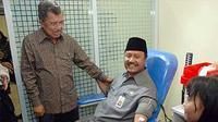 Ketua PMI Jusuf Kalla (kiri) mendampingi Wakil Gubernur Jatim, Saifullah Yusuf melakukan donor darah saat usai peresmian gerai Unit Donor Darah di Surabaya.(Antara)