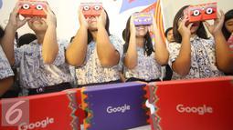 Anak-anak menikmati Google Cardboard saat peluncuran Art Camera dan Google Cardboard di Museum Nasional, Jakarta, Kamis (27/10). (Liputan6.com/Immanuel Antonius)
