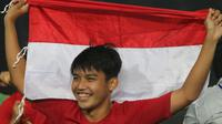 Gelandang Timnas Indonesia, Witan Sulaeman, merayakan gelar juara Piala AFF U-22 2019 setelah mengalahkan Thailand pada laga final di Stadion National Olympic, Phnom Penh, Selasa (26/2). Indonesia menang 2-1 atas Thailand. (Bola.com/Zulfirdaus Harahap)