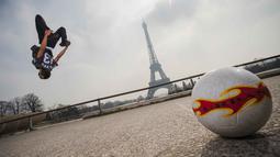 Aksi Moss bersalto dan mengolah bola di Place du Trocadero, dengan  latar menara Effeil, Paris, Jumat (18/3/2016).  S3 Society akan tampil pada Euro 2016 Pracis tanggal 10 Juni-10 Juli 2016. (AFP/Lionel Bonaventure)
