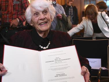 Nenek Berusia 102 Tahun Ini Jadi Mahasiswa Tertua yang Raih Gelar Doktor