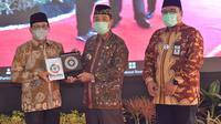 Menteri Desa, Pembangunan Daerah Tertinggal, dan Transmigrasi, Abdul Halim Iskandar menerima data SDGs Desa dari Bupati Rembang Abdul Hafidz di Pendopo Bupati Rembang, Jumat (17/9/2021). (Ist)