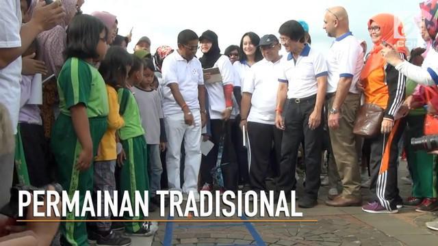 Untuk melestarikan kembali permainan bocah zaman dulu, Mensos Idrus Marham mengajak anak zaman now bermain permaianan tradisional bocah zaman dulu di Monas.