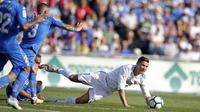 Striker Real Madrid, Cristiano Ronaldo, terjatuh saat pertandingan melawan Getafe pada laga La Liga Spanyol Stadion Coliseum Alfonso Perez, Sabtu (14/10/2017). Real Madrid menang 2-1 atas Getafe. (AP/Paul White)
