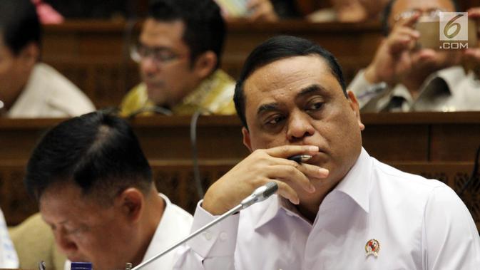 Menteri Pemberdayaan Aparatur Negara dan Reformasi Birokrasi Syafruddin saat rapat kerja dengan Komisi II DPR di Jakarta, Selasa (30/10). Rapat diikuti Komisi Aparatur Sipil Negara (KASN) dan Badan Kepegawaian Negara (BKN). (Liputan6.com/JohanTallo)#source%3Dgooglier%2Ecom#https%3A%2F%2Fgooglier%2Ecom%2Fpage%2F%2F10000