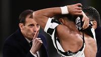 Pelatih Juventus Massimiliano Allegri berargumentasi dengan anak asuhnya Mehdi Amine Benatia usai jerseynya robek ditarik pemain Atalanta Marten de Roon pada laga lanjutan Serie A Italia pekan ke-28 di Allianz Stadium, Kamis (15/3). (MARCO BERTORELLO/AFP)