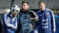 Lionel Messi mengontrol bola pada sesi latihan bersama timnas Argentina di Buenos Aires, Argentina, Rabu (23/5). Argentina mempersiapkan diri menghadapi pertandingan persahabatan melawan Haiti pada 29 Mei menjelang Piala Dunia 2018. (AP/Victor R. Caivano)