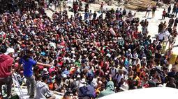 Ratusan orang berusaha meninggalkan Gili Trawangan, NTB, Senin (6/8). Gempa Lombok menewaskan 91 orang dan ratusan lainnya terluka. (Handout/Indonesia Water Police/AFP)