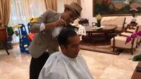 Presiden Jokowi sedang cukur rambut (Dok.Instagram/@jokowi/https://www.instagram.com/p/ByEys4MB-9D/Komarudin)