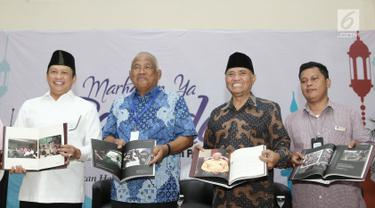 Mantan Ketua KPK Taufiqurrahman Ruki (kedua kiri), Ketua DPR RI Bambang Soesatyo (kiri), Ketua KPK Agus Rahardjo (kedua kanan) dan Sekjen PFI Fransiskus Simbolon  saat peluncuran buku di Gedung KPK, Jakarta (23/5). (Liputan6.com/Herman Zakharia)