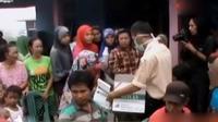 Pembagian tabung oksigen murni berisi 500 ml dilakukan di RT 07 Kelurahan Talang Keramat, Kecamatan Talang Kelapa, Kabupaten Banyuasin.