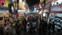 Sejumlah pengunjung memadati acara pembukaan Jakarta Fair 2015 di Arena PRJ Kemayoran, Jakarta, Jumat (29/5). Jakarta Fair dalam rangka memperingati HUT Jakarta tersebut berlangsung hingga 5 Juli 2015. (Liputan6.com/Johan Tallo)
