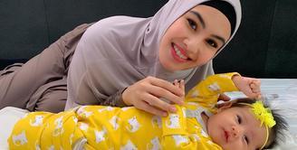 Kartika Putri dan Habib Usman kini tengah berbahagia pasca kelahiran malaikat kecil mereka, Khalisa Aghni Bahira pada Oktober 2019 lalu. Kabar bahagia lainnya, pasangan muda ini akan mengajak anak mereka beribadah Umrah. (Instagram/kartikaputriworld)