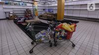 Suasana di salah satu gerai supermarket Giant di Jakarta, Kamis (4/3/2021). Poster-poster discount closing store dan rak-rak kosong menjadi pemandangan setiap konsumen yang datang. (Liputan6.com/Johan Tallo)