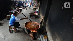 Pekerja memproduksi dodol Betawi di rumah industri di kawasan Pasar Minggu, Jakarta, Selasa (4/5/2021). Harga dodol Betawi berbeda-beda tergantung rasa yang ditawarkan. (merdeka.com/Imam Buhori)