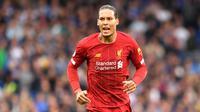 6. Virgil van Dijk (Liverpool) - Bek asal Belanda ini menjadi elemen penting Liverpool saat meraih gelar juara Liga Inggris 2019/2020. Virgil van Dijk menjadi sosok penting di lini pertahanan Liverpool dan bek terbaik di kompetisi Liga Inggris. (AFP/Olly Greenwood)