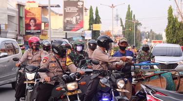 Polres Pemalang dan TNI membagikan beras untuk tukang becak dan pekerja jalanan lainnya di masa PPKM Darurat. (Foto: Liputan6.com/Humas Polres Pemalang)