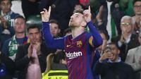 Striker Barcelona, Lionel Messi, merayakan gol yang dicetak ke gawang Real Betis pada laga La Liga 2019 di Stadion Benito Villamarin, Minggu (17/3). Barcelona menang 4-1 atas Real Betis. (AP/Miguel Morenatti)