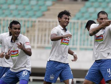 Bek PSIS Semarang, Wallace Costa, melakukan selebrasi usai mencetak gol ke gawang Tira Persikabo pada laga Shopee Liga 1 di Stadion Pakansari, Bogor, Jumat (22/11). PSIS menang 2-1 atas Tira Persikabo. (Bola.com/Yoppy Renato)