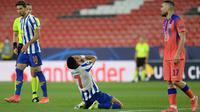 Tampak pemain Porto kecewa setelah gagal memanfaatkan peluang pada laga kontra Chelsea di lag pertama perempat final Liga Champions musim ini, Kamis (08/04/2021) dini hari WIB. (CRISTINA QUICLER / AFP)