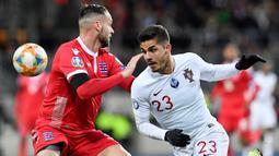 Andre Silva. Striker Eintracht Farnkfurt berusia 25 tahun ini sukses mencetak 28 gol musim ini yang merupakan rekor baru klub. Ia juga menjadi bagian skuat Portugal saat sukses meraih trofi Euro 2016 lalu. (AFP/John Thys)