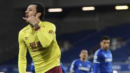 Pemain Burnley, Dwight McNeil, melakukan selebrasi usai mencetak gol ke gawang Everton pada laga Liga Inggris di Stadion Goodison Park, Sabtu (13/3/2021). Burnley menang dengan skor 2-1. (Gareth Copley/Pool via AP)