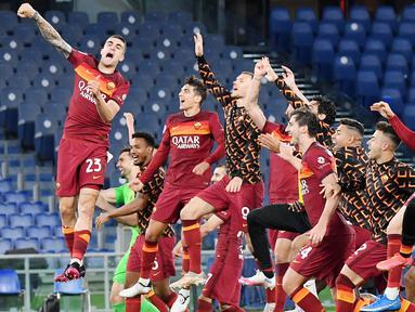 Para pemain AS Roma merayakan kemenangan atas Lazio pada laga Liga Italia di Stadion Olimpico, Roma, Minggu (16/5/2021). AS Roma menang dengan skor 2-0. (AFP/Tiziana Fabi)