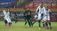Pemain PSIS Semarang, Bruno Silva (depan) berusaha menghalau bola saat melawan Persebaya Surabaya dalam laga pekan ke-6 BRI Liga 1 2021/2022 di Stadion Wibawa Mukti, Cikarang, Minggu (03/10/2021). (Bola.com/Bagaskara Lazuardi)