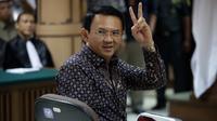 Terdakwa kasus dugaan penistaan agama Basuki Tjahaja Purnama (Ahok) memberikan salam dua jari sebelum dimulainya sidang lanjutan di PN Jakarta Utara, Selasa (26/12). Sidang ini beragenda putusan sela dari majelis hakim. (Liputan6.com/Bagus Indahono/Pool)