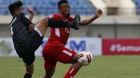 Bek Madura United, Samuel Christianson Simanjuntak (kiri) berebut bola dengan gelandang Persik Kediri, Doe Sackie Teah dalam laga Grup C Piala Menpora 2021 di Stadion Si Jalak Harupat, Bandung, Sabtu (3/4/2021). Madura United kalah 1-2 dari Persik. (Bola.