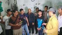 Polisi menggerebek gudang penyuplai miras oplosan besar di Cirebon. Foto (Liputan6.com / Panji Prayitno)