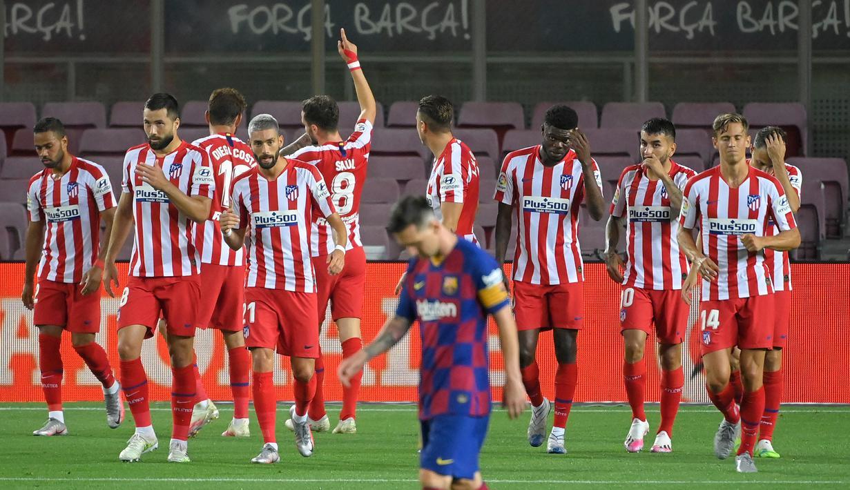 Pemain Atletico Madrid merayakan gol yang dicetak ke gawang Barcelona pada laga lanjutan La Liga pekan ke-33 di Camp Nou, Rabu (1/7/2020) dini hari WIB. Barcelona bermain imbang 2-2 atas Atletico Madrid. (AFP/Lluis Gene)