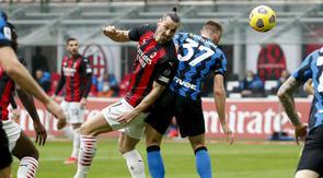 Pemain AC Milan Zlatan Ibrahimovic, kiri, dan Milan Skriniar dari Inter Milan bersaing memperebutkan bola selama pertandingan Liga Italia di Stadion Milan San Siro, Italia, Minggu, 21 Februari 2021. (Foto AP / Antonio Calanni)