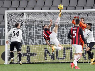 Penyerang AC Milan, Zlatan Ibrahimovic melakukan tendangan salto saat bertanding melawan Spezia pada pertandingan lanjutan Liga Serie A Italia di stadion Alberto Picco di La Spezia, Italia, Minggu (14/2/2021). Spezia menang atas AC Milan 2-0. (Tano Pecoraro / LaPresse via AP)