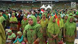 Ribuan kader Muslimat NU saat menghadiri Harlah ke-73 Muslimat NU di SUGBK, Jakarta, Minggu (27/1). Acara ini dihadiri sekitar 100 ribu kader Muslimat NU seluruh Indonesia. (Liputan6.com/JohanTallo)
