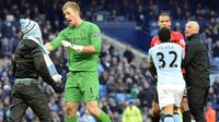 Joe Hart (kiri) berusaha menenangkan emosi fan The Citizens yang menyusup saat Derbi Manchester berlangsung di Etihad Stadium pada 2012 lalu. ( AFP/Paul Ellis )