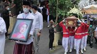 Dikebumikan di Samping Suami, Ini 6 Prosesi Pemakaman Ibunda Jokowi