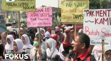 Mereka berorasi dan sambil membawa sejumlah poster yang berisi kekecewaan terhadap sistem zonasi.