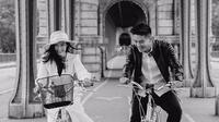 Jelang menikah, pasangan Boy William dan karen Vendela bagikan foto prewedding dengan konsep hitam-putih. (Sumber: Instagram/@fensoong)